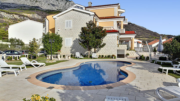 makarska rivera apartments with pool